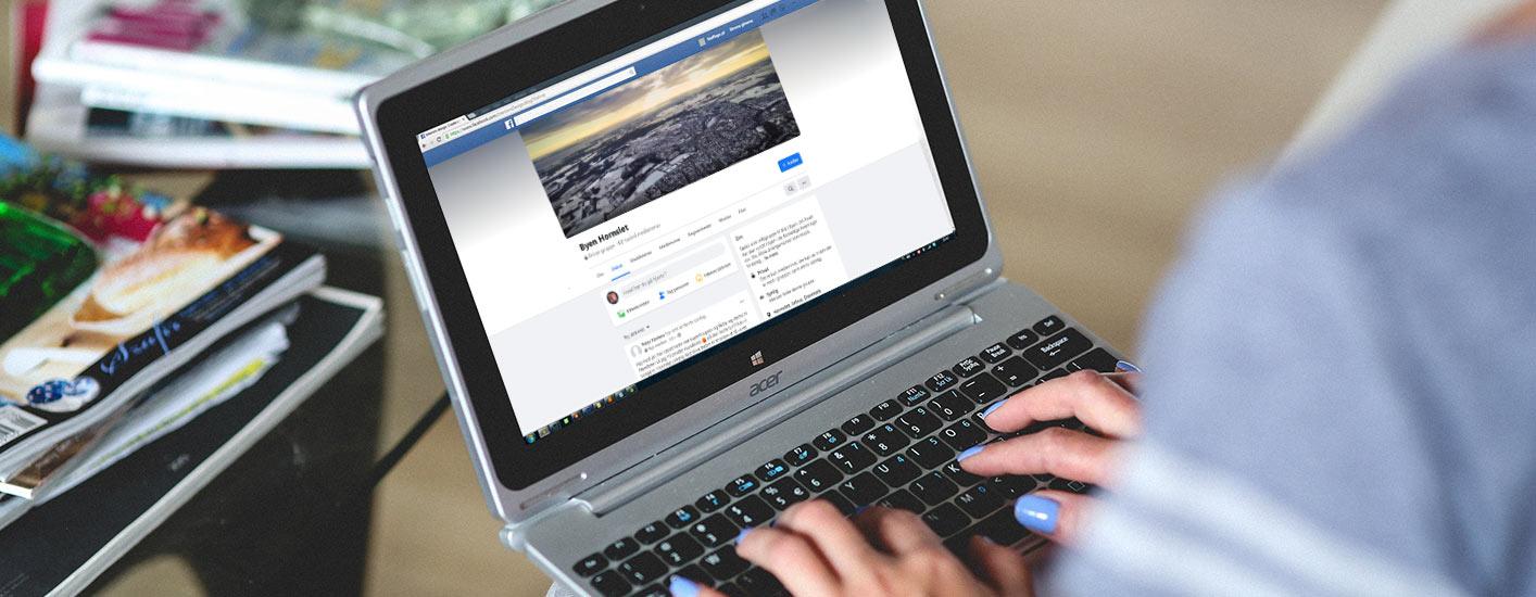 Kvinde kigger på Byen Hornslets Facebookside på sin pc