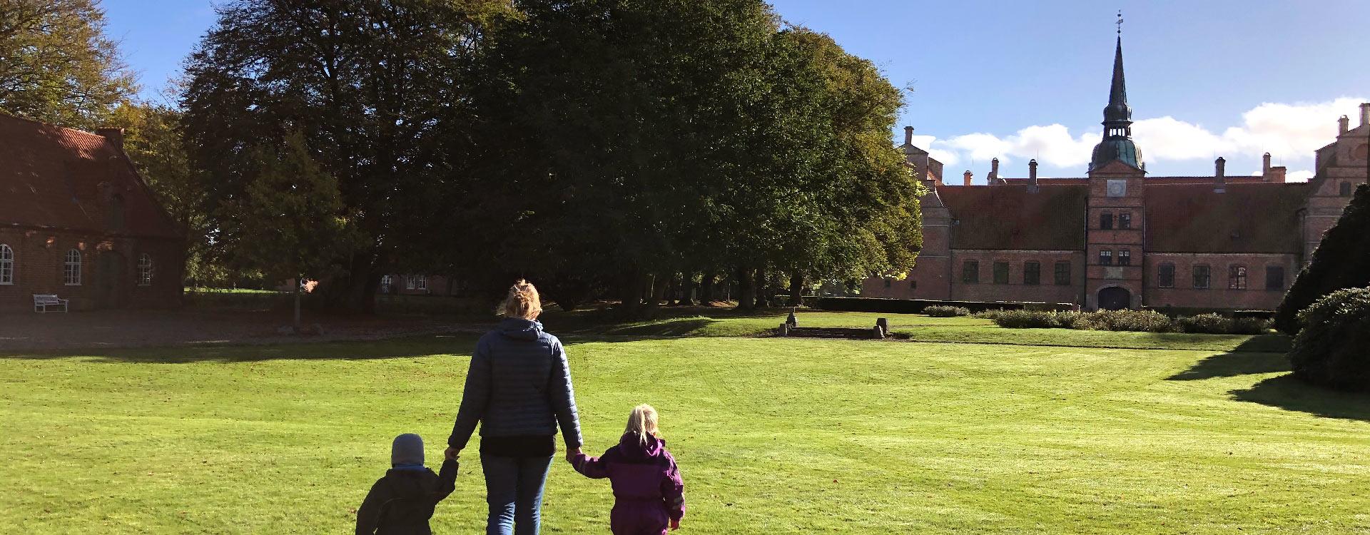 kvinde og to børn ved Rosenholm Slot i Hornslet