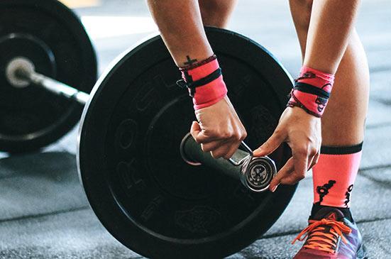 Vægt bliver spændt på vægtstang