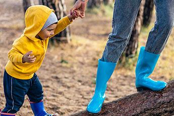 Dreng leger med bedstemor på træ